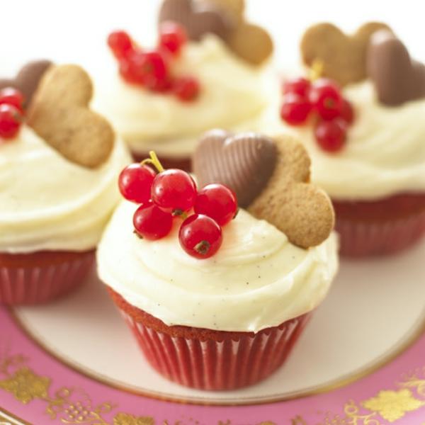schöne-fruchtige-cupcakes-dekorieren-weiß