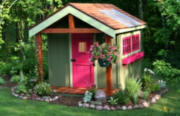 schöne-gartenhäuser-aus-holz- eine tür in zyklamenfarbe