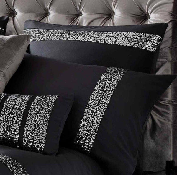 schöne-kissen-auf-einem-luxuriösen-bett-schwarze-bettwäsche