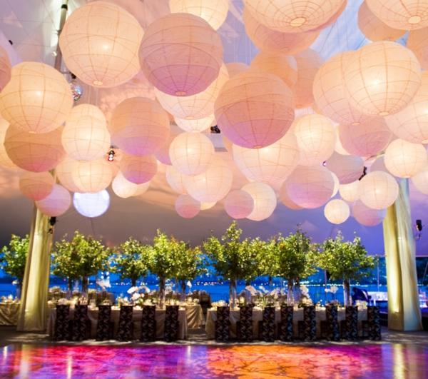 schöne-papierleuchten-große halle dekorieren