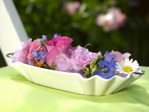 schöne-sommerliche-tischdeko-mit-blumen- in rosigen nuancen
