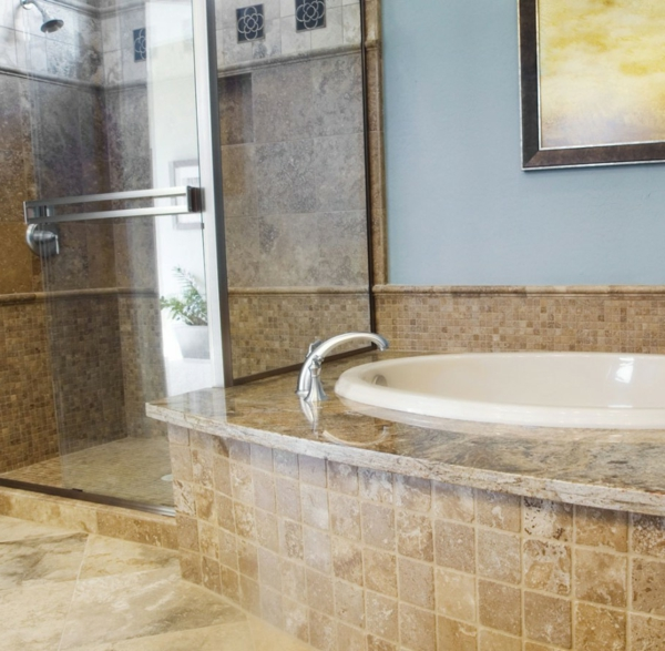 schöne-und-moderne-badewanne-einfliesen-gläserne duschkabine