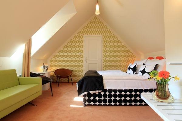 schönes-Dachgeschoss-einrichten-wandtapeten-in-gelbgrün