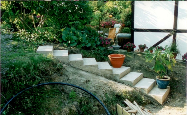 schönen-garten-gestalten-gartentreppe-selber-bauen- viele grüne pflanzen