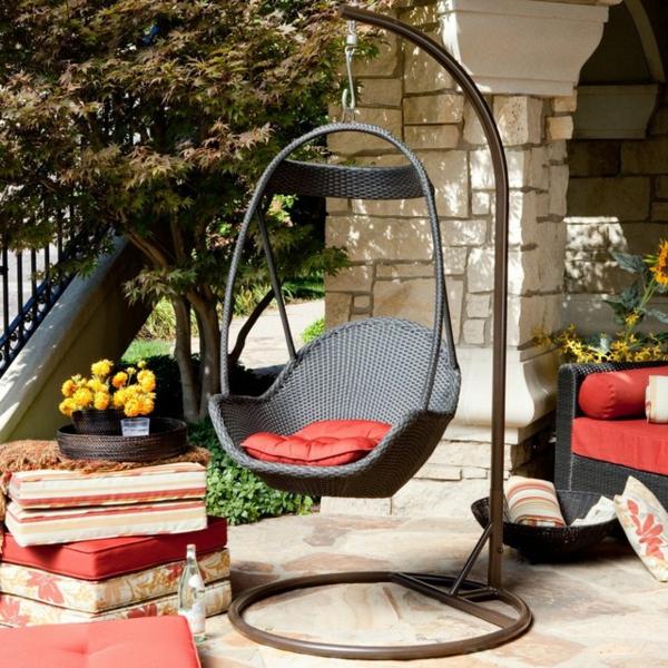 schönen-hängestuhl-mit-Kissen-für-den-garten