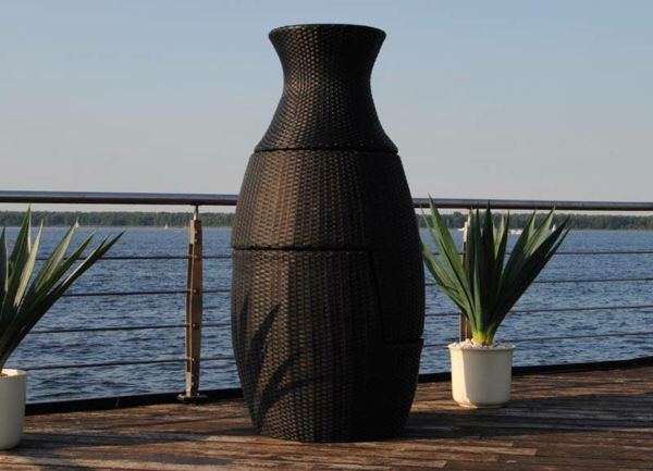 schönes-beispiel-für-rattan-vasen- neben dem meer