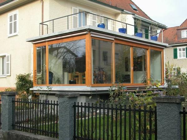 schönes-modernes-glashaus-mit-einem-zaun in schwarz