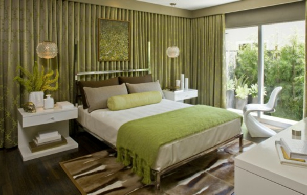 schönes-schlafzimmer-in-wandfarbe-olivgrün-eine glaswand