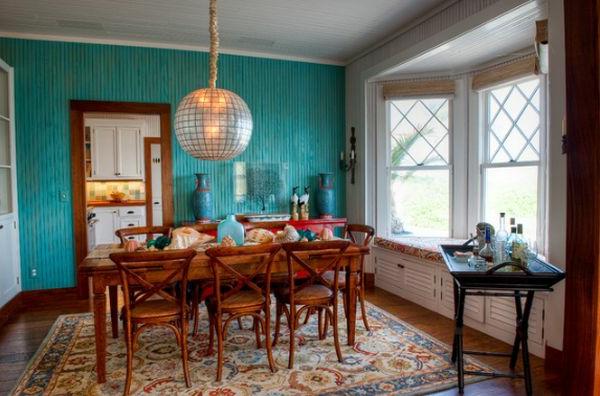 schönes-wohnzimmer-mit-türkis-wandfarbe-und-holzmöbel-bunter-teppich