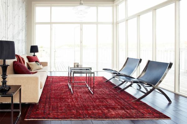 schönes-zimmer-mit-einem-roten-vintage-teppich- und wänden aus glas