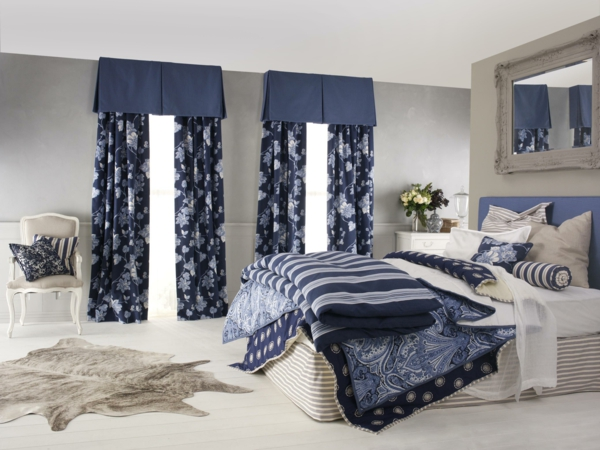scheibegardinen-modern-elegantes-schlafzimmer - dunkel blaue farben