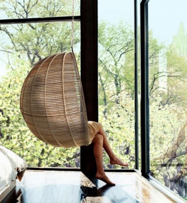 schicker-rattan-hängesessel-mit-Aussicht-im-Schlafzimmer