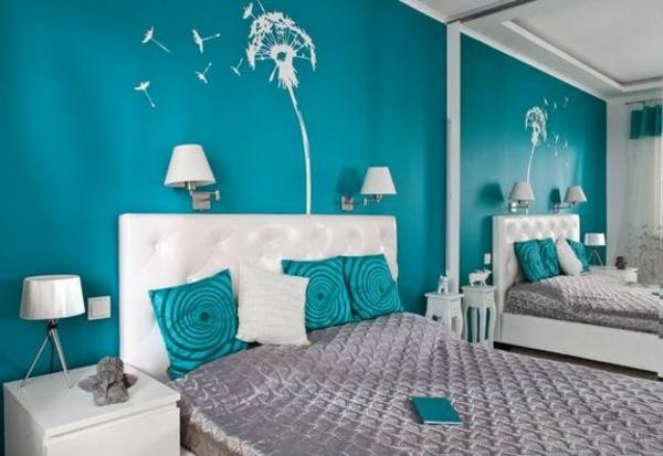 schlafzimmer-einrichten-mit-türkis-wandfarbe-und-weißen-blumenmotiven-spiegel