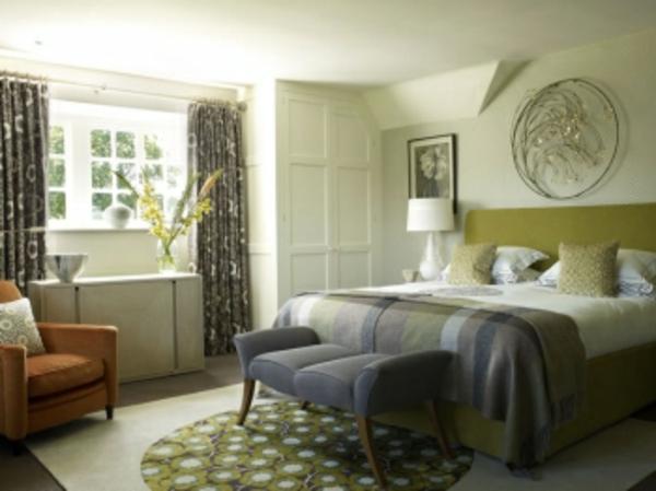 schlafzimmer-in-wandfarbe-olivgrün- dekoartikel an der wand