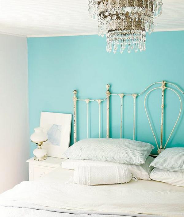 vintage-schlafzimmer-wandfarben-grün-blau-weiße-bettwäsche