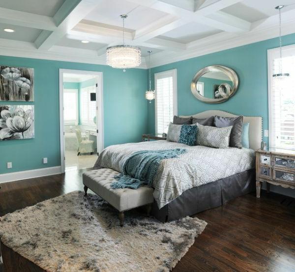 schlafzimmer-wandgestaltung-weiß-und-turquoise-dunkler-holzboden