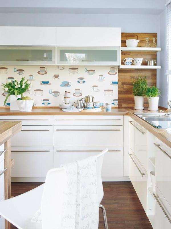 schone-tapate-mit-tassen-zur-Küchenwandgestaltung