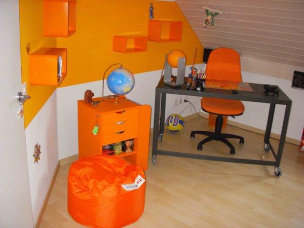 schreibtisch-im-arebitszimmer-energievolle-farbe-orange