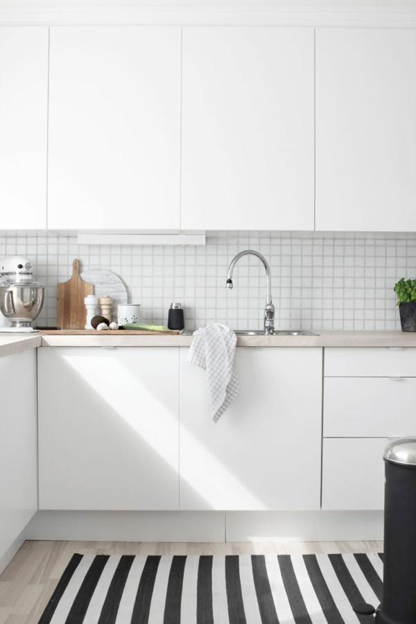 schwarz-weiß-in-streifen-teppich-küche