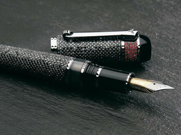 schwarzer-luxuriöser-kugelschreiber- foto von nah nehmen