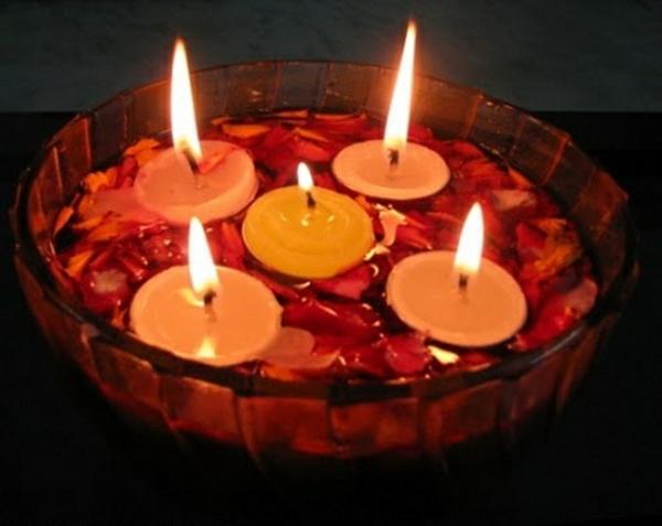 schwimmende-kerzen-romantische-atmosphäre-schaffen- mit rosenblättern