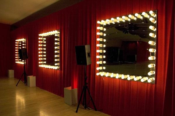 sehr-extravagante-leuchten-für-spiegel-vorhänge in rot dahinter