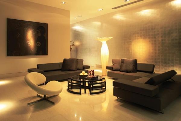 sehr-inspirierende-beleuchtungsideen-für-wohnzimmer-weißer sessel