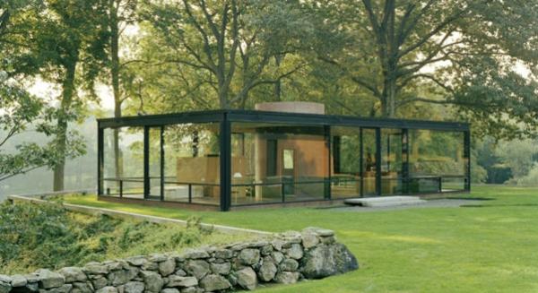 sehr-interessantes-modernes-glashaus-umgebung von bäumen