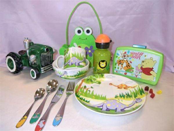 sehr-süßes-kindergeschirr-aus-porzellan- spielzeuge daneben