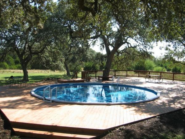 sehr-schöner-runder -pool-umgeben von bäumen