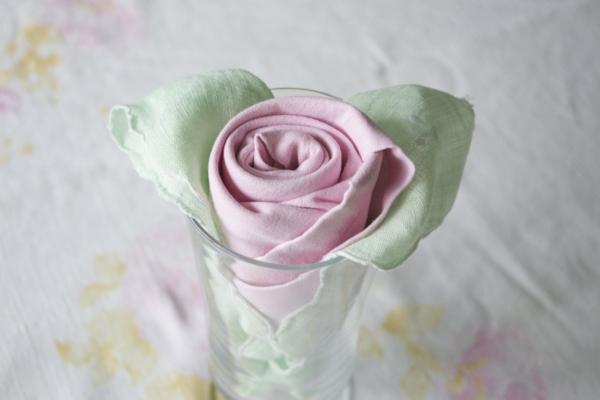 serviette-rose-falten-sehr schöne und zärtliche farbe