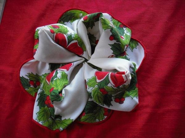 servietten-falten-rose-sehr-schön-foto von oben gemacht