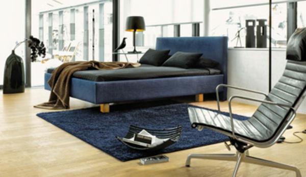skandinavische-betten-dunkle-farbe-eleganter stuhl im schlafzimmer