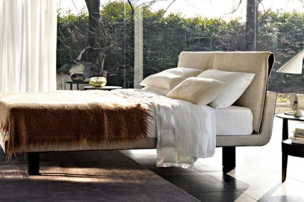 skandinavische-betten-modernes-design-in-einem-luxuriösen-schlafzimmer-gläserne wände