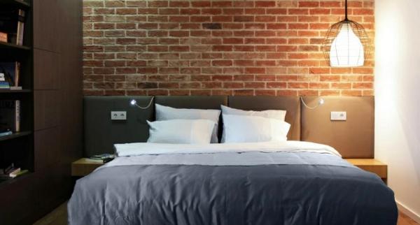 skandinavische-betten-sehr-schönes-modell-im-schlafzimmer-mit-einer-ziegelwand hinter dem bett