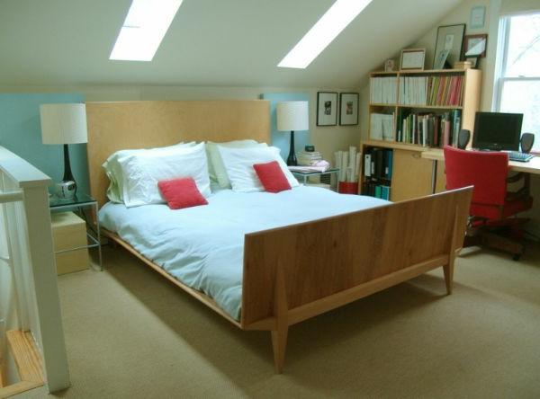 skandinavisches-schlafzimmer-in-einer-dachwohnung-zwei rote kissen