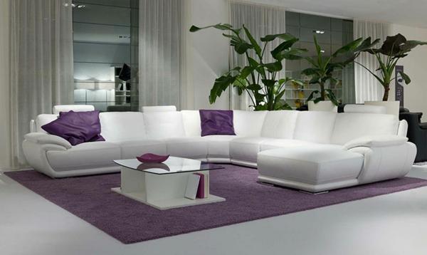 sofakissen-in-lila-auf-einem-großen-weißen-sofa- weiße durchsichtige gardinen