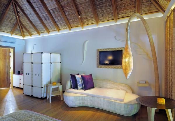 sofakissen-in-lila-auf-einem-weißen-sofa-im-modernen-zimmer- interessante lampe