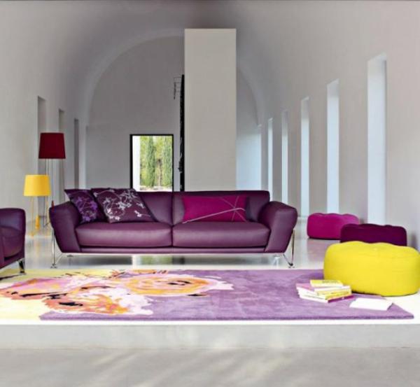 sofakissen-in-lila-für-ein-ultramodernes-sofa-im-großen-zimmer- hohe decke