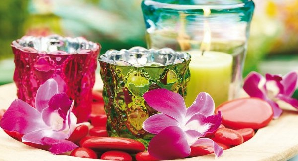 sommerliche-tischdeko-sehr-schön-gemacht- bunte gläser und rosige blumen