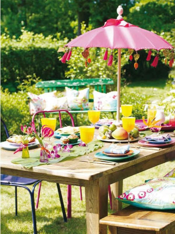sommerliche-tischdeko-wunderschön-gemacht- viel obst und ein schöner sonnenschirm