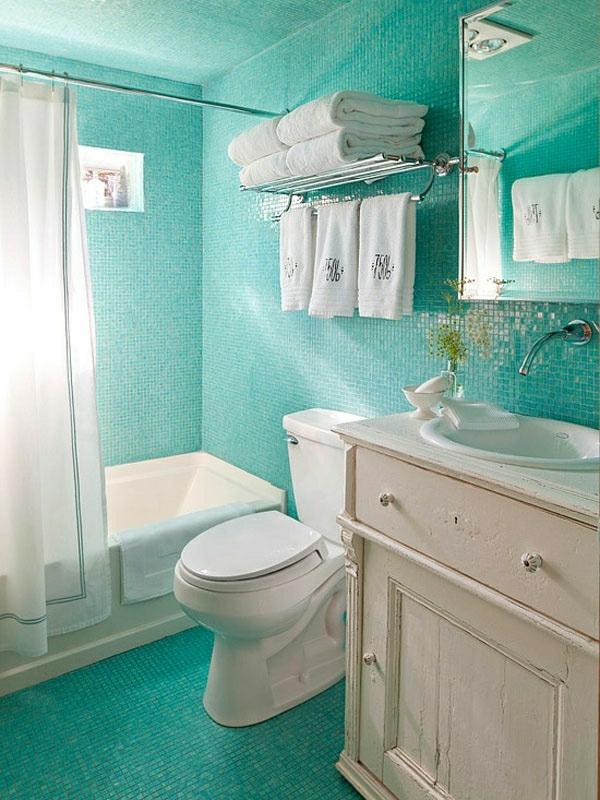 stauraum-ideen-badezimmer-türkis-farbe-weiße-vorhänge