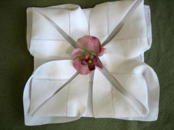 stoffservietten-falten-weiße-farben-ein bild von oben genommen
