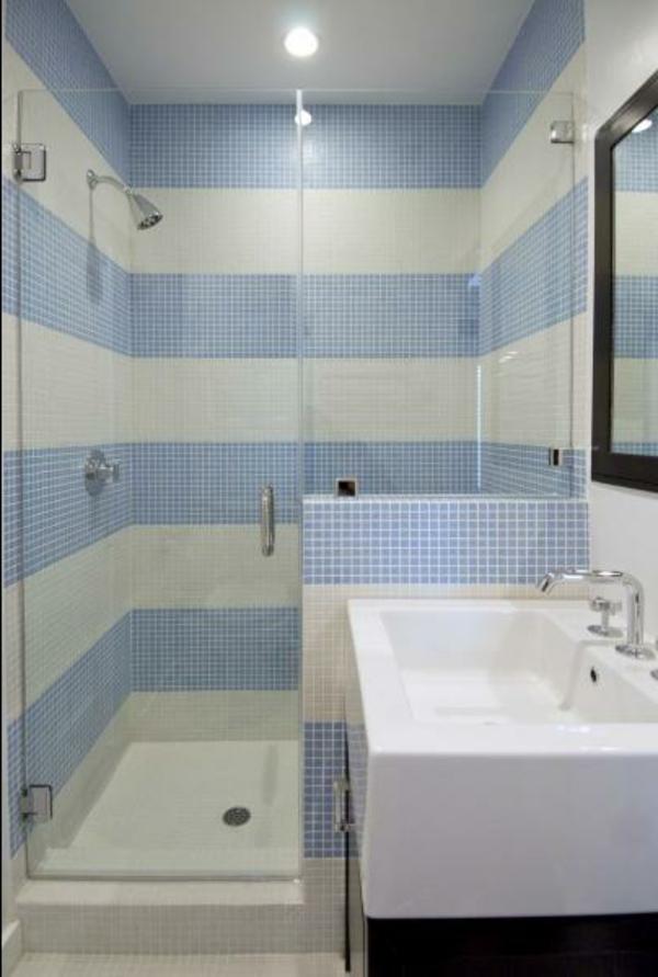 streifentapete-in-blau-badezimmer3