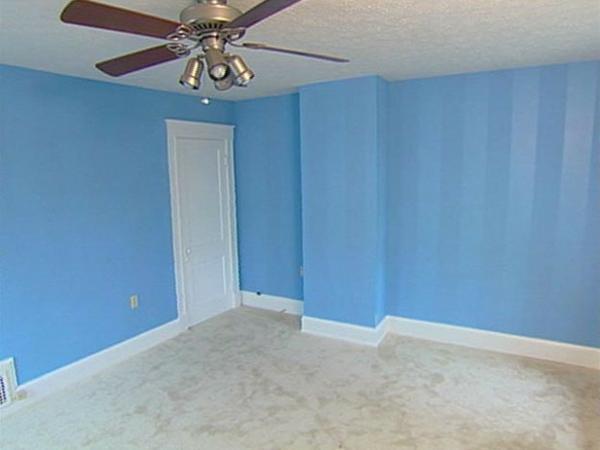 streifentapete-in-blau-nuancen-wohnzimmer