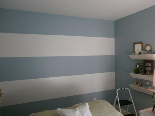 streifentapete-in-blau-taubenblau-weiß