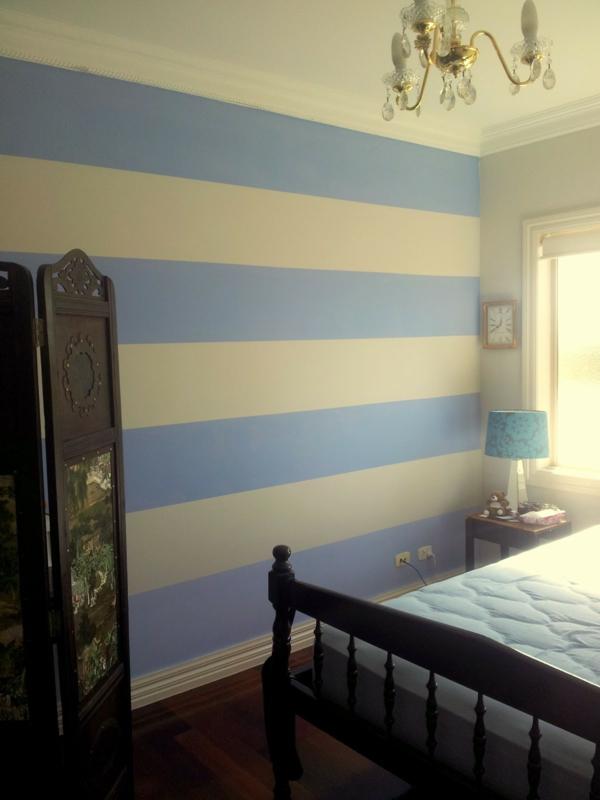 streifentapete-in-blau-weiß-schlafzimmer-5