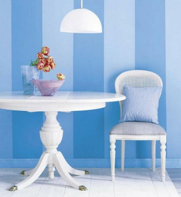 streifentapete-in-blau-wohnzimmer
