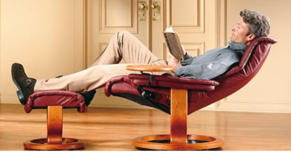 stressless bürostuhl-ein-mann-darauf und liest buch
