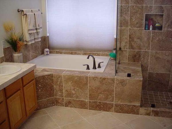 super-schöne-badewanne-vekleiden- weiße jalousien